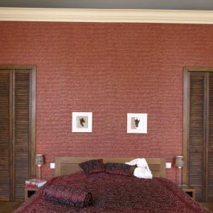 Po obu stronach łóżka, umieszczono dwa oddzielne wejścia do ukrytej za ścianą garderoby. Ozdobne drzwi mają formę wysokich, włoskich okiennic. Fot. Monika Filipiuk.