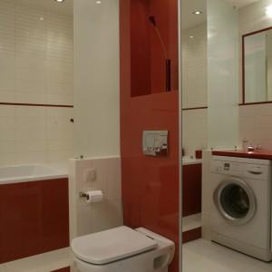 """W łazience dominuje kolor biały, ale dodatek czerwieni jest bardzo wyraźny. Obfite oświetlenie sprzyja temu wnętrzu, gdyż wszystkie powierzchnie wykonane zostały  """"na połysk"""". Fot. Monika Filipiuk."""