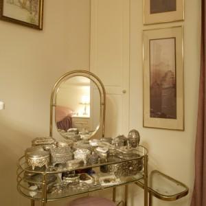 Bogata kolekcja srebrnych i postarzanych szkatułek na biżuterię, w części ręcznie wykonanych, świadczy o zamiłowaniu właścicielki do pięknych, stylowych przedmiotów. Fot. Monika Filipiuk.