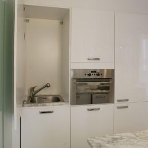 W szafkach zabudowy kuchennej ukryto wszelkie urządzenia AGD, a także zlewozmywak. Dzięki temu nic nie zakłóca iście salonowej reprezentacyjności kuchni. Fot. Monika Filipiuk.