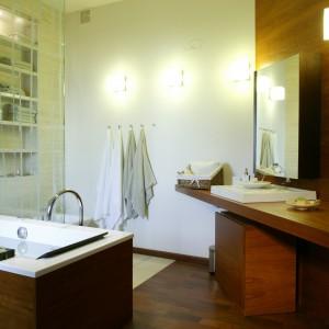 Egzotyczne drewno w łazience: nawet na obudowie wanny