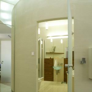 Oryginalny charakter łazienka zawdzięcza półokrągłej ścianie i szklanym, matowionym drzwiom.   Wpada przez nie nieco światła do, pozbawionego okna, wnętrza. Fot. Monika Filipiuk.
