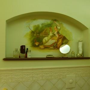 Oryginalność fresków i dekoracji eksponuje neutralne tło kafli: na ścianach postarzanej glazury, a na podłodze imitujących deski.