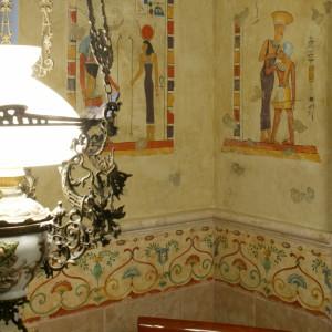 """Trochę starożytnego Egiptu. Antyczny motyw, naniesiony na """"postarzaną"""" ścianę, robi wrażenie. Fot. Monika Filiiuk."""