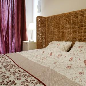 Ażurowe wezgłowie łóżka to, obok kwiecistej pościeli i narzuty, jeden z romantycznych akcentów we wnętrzu. Fot. Monika Filipiuk.