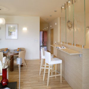 Dzienną część mieszkania urządzono w jasnych, odświeżających barwach, przy czym strefa stricte wypoczynkowa wyróżnia się mocniejszymi, nasyconymi kolorami.