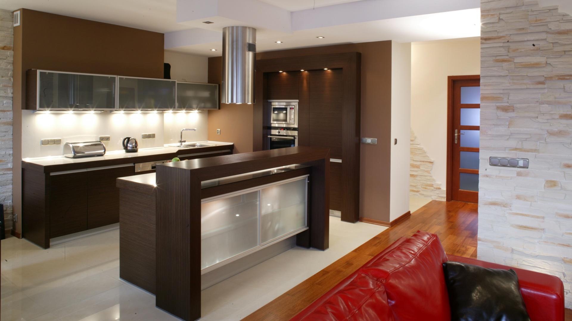 widok na kuchnię i salon od meble kuchenne w kolorze