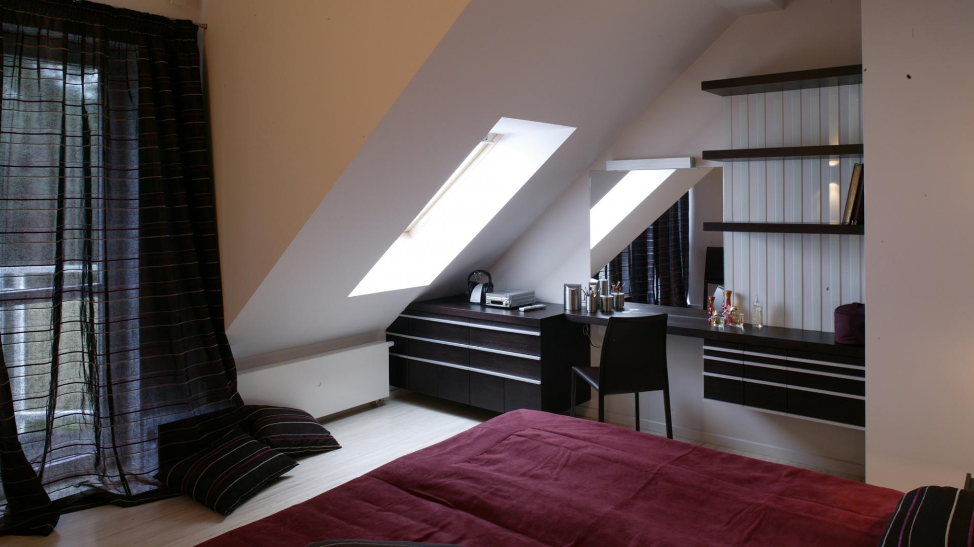 Narzuta na łóżko w kolorze przygaszonej czerwieni to najmocniejszy akcent kolorystyczny w sypialni. Z tkaninową dominantą współgra powłóczysta, półprzezroczysta zasłona okienna. Fot. Monika Filipiuk.