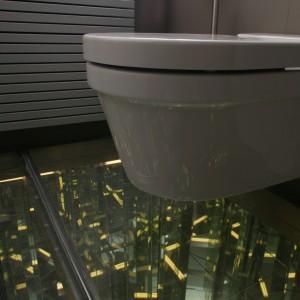 """""""Kryształowa"""" podłoga obejmuje także dyskretnie ukrytą strefę WC (sedes Starck, Duravit). Fot. Monika Filipiuk."""