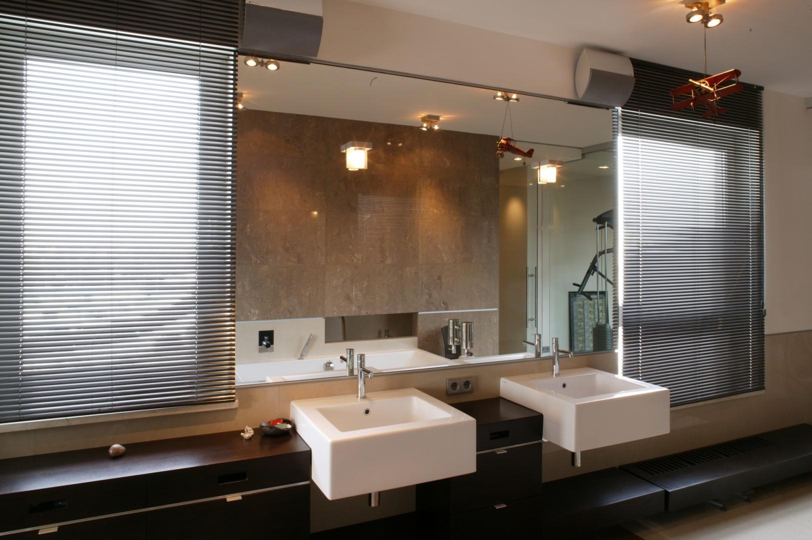 Łazienka przystosowana jest dla dwóch osób, które nie będą sobie wzajemnie przeszkadzać. Przy wielkim lustrze zostały zamontowane umywalki nablatowe firmy Ceramika Flaminia z bateriami Ritmonio. Fot. Tomasz Markowski.