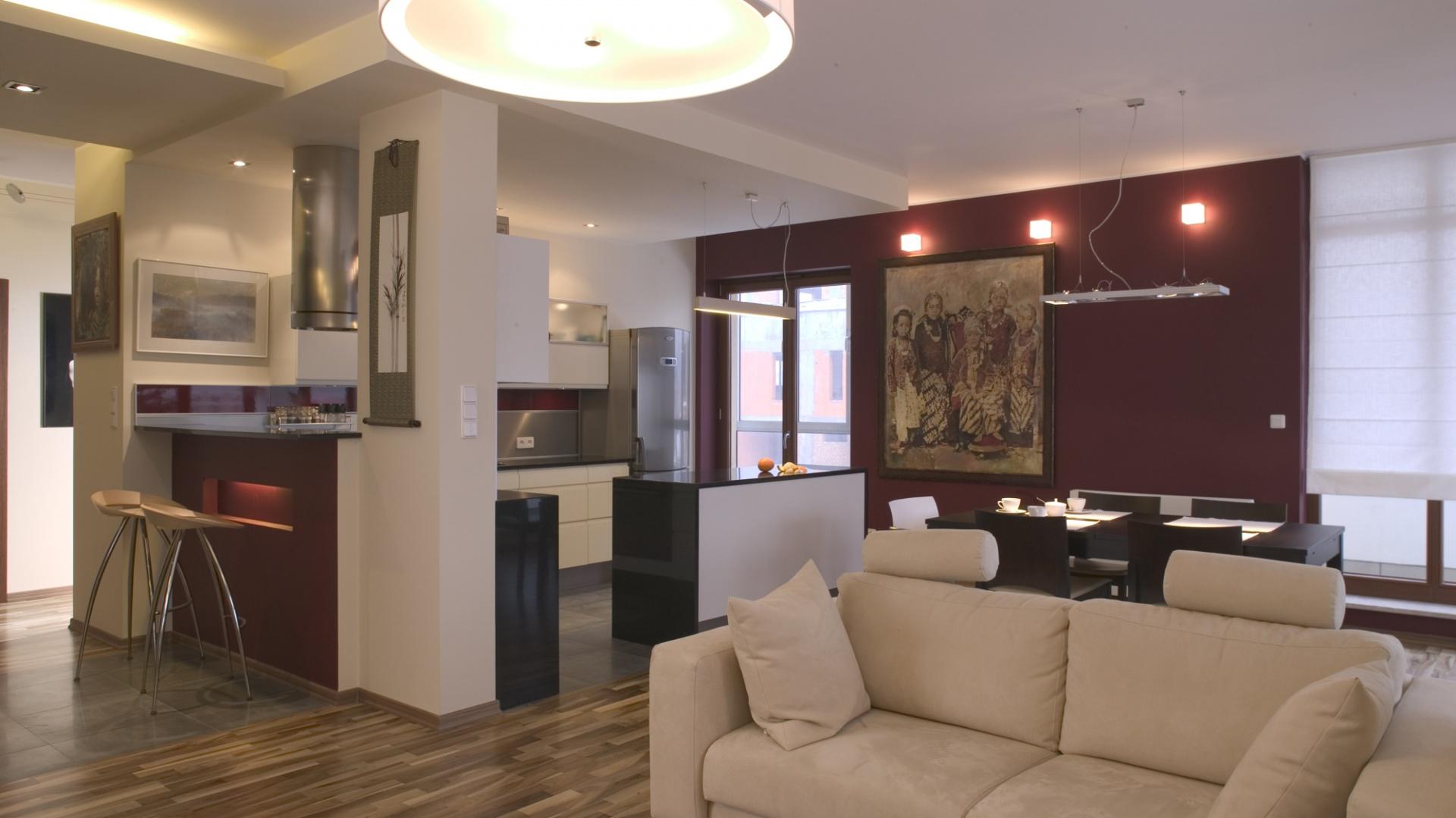 """Pomieszczenie """"podtrzymywane"""" jest dwoma filarami, wyznaczającymi granicę między salonem a jadalnią i kuchnią. Fot. Tomek Markowski."""