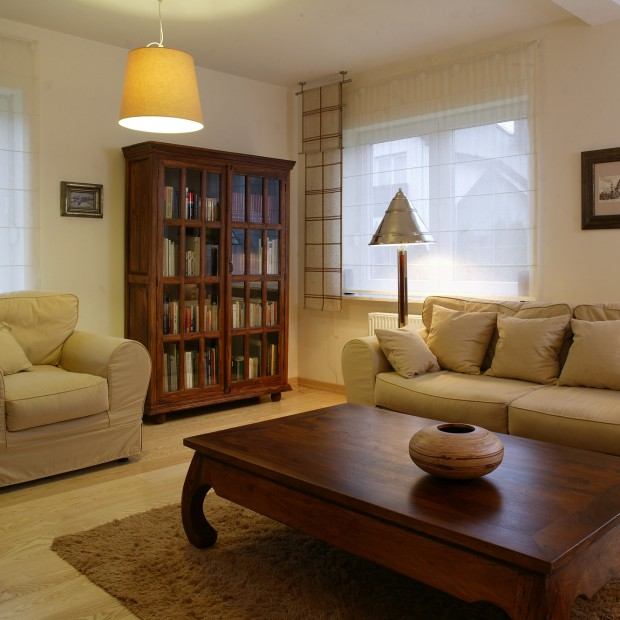 Wnętrze salonu: pełne światła i przestrzeni