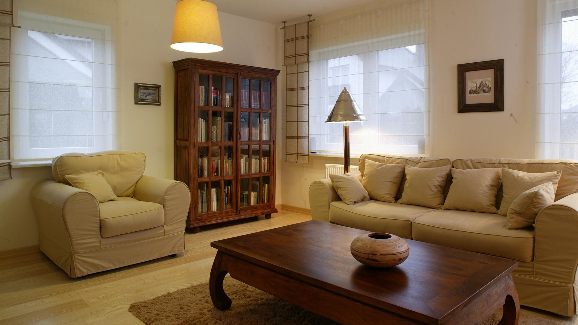 Pełen światła salon to domowe centrum. Tutaj najczęściej toczy się życie mieszkańców. Lekkości dodaje mu jasna tonacja i ilość mebli ograniczona do minimum.