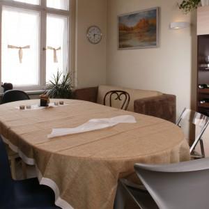 Kuchnia została urządzona w barwach natury: przyjemnych brązach i beżach. Fot. Monika Filipiuk.