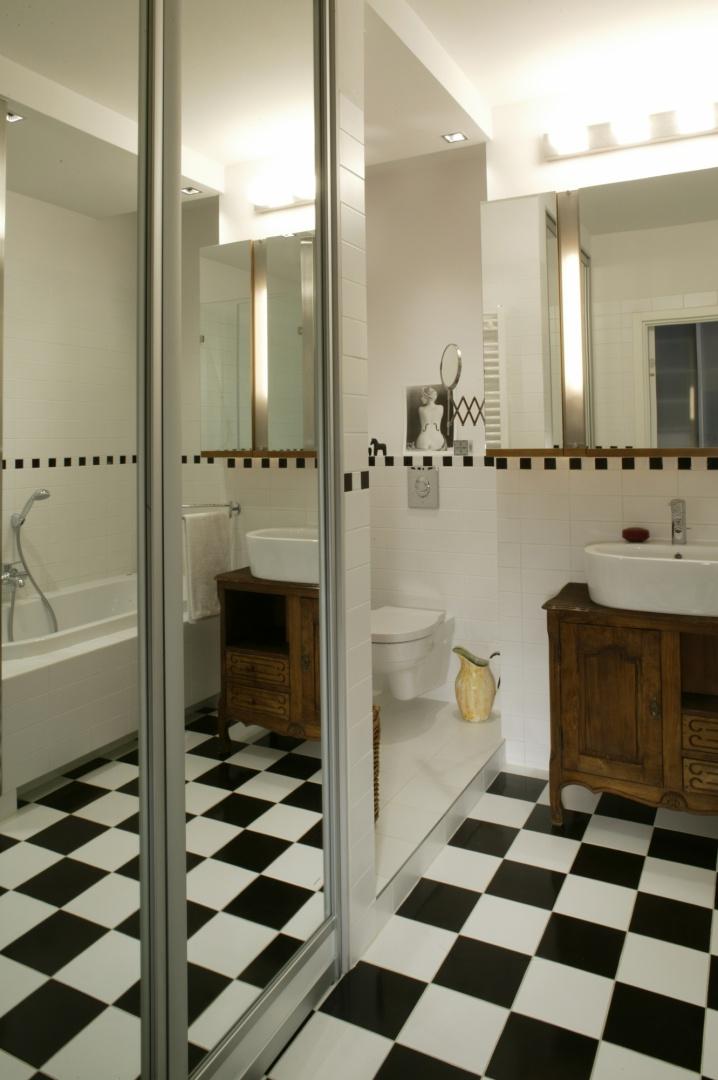 Łazienka, urządzona w modernistycznym stylu, łączy w sobie nowoczesność i wątki retro. Fot. Monika Filipiuk.