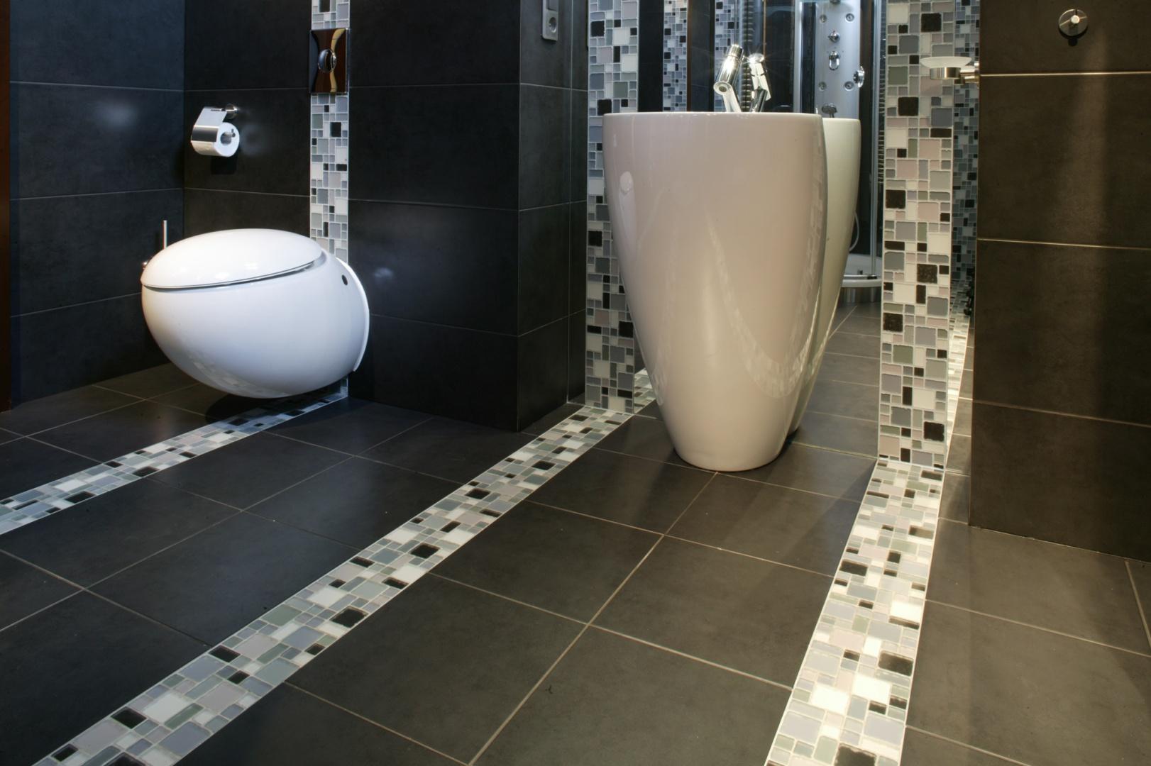 Ceramikę sanitarną akcentują pasy mozaiki ze szkła firmy Villa Glass. Fot. Monika Filipiuk.