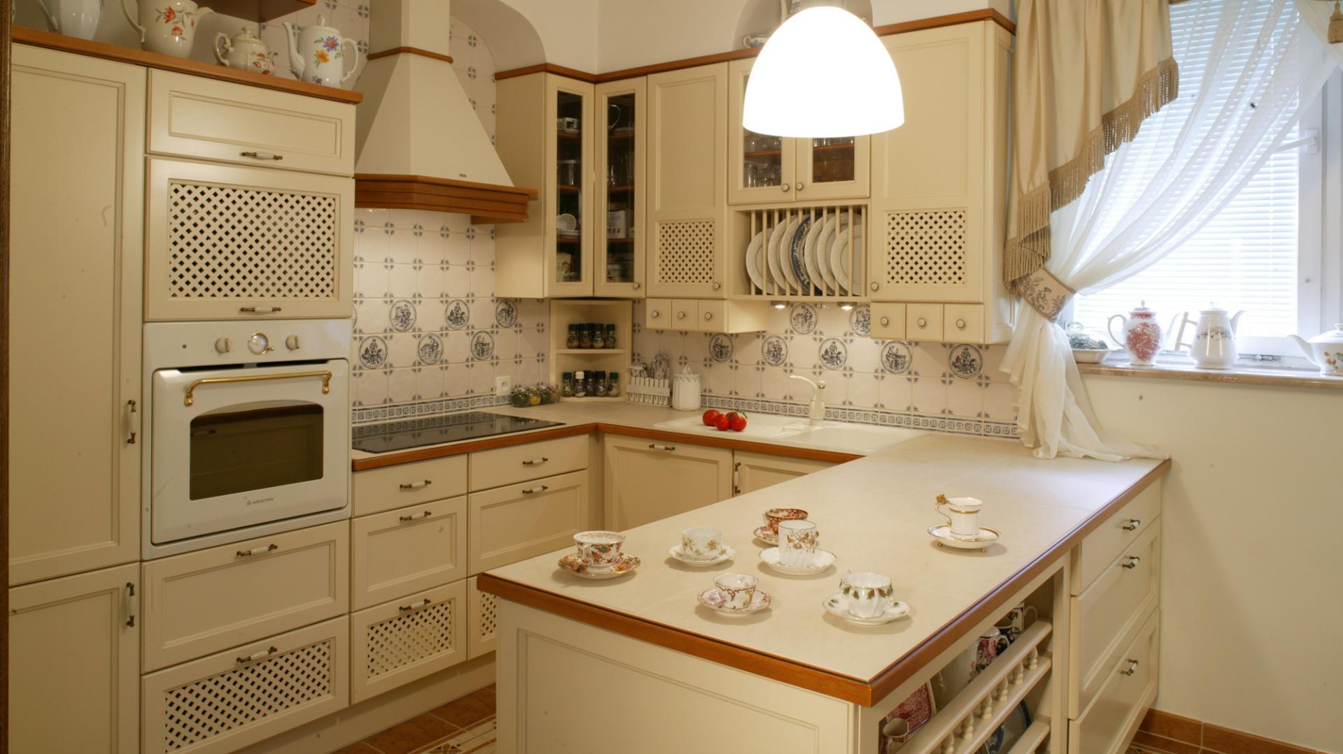 Zabudowa kuchenna (Vilis, Nikom) wykonana została z litego drewna olchy. Fot. Monika Filipiuk.
