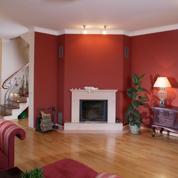 Przytulny pokój ze stylowym kominkiem
