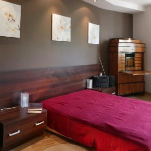 Kontrastowa kolorystyka nadaje sypialni delikatnej surowości, natomiast narzuta o barwie kwiatu orchidei oraz trzy niewielkie obrazy wnoszą do wnętrza sporo przytulności. Fot. Tomasz Markowski.