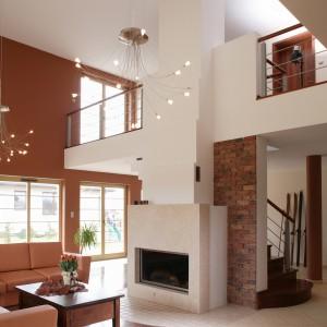Dzięki zestawieniu różnorodnych materiałów, często kontrastujących ze sobą oraz bogactwie form architektonicznych przestrzeń wyraźnie została poskromiona. Fot. Markowski Tomek.