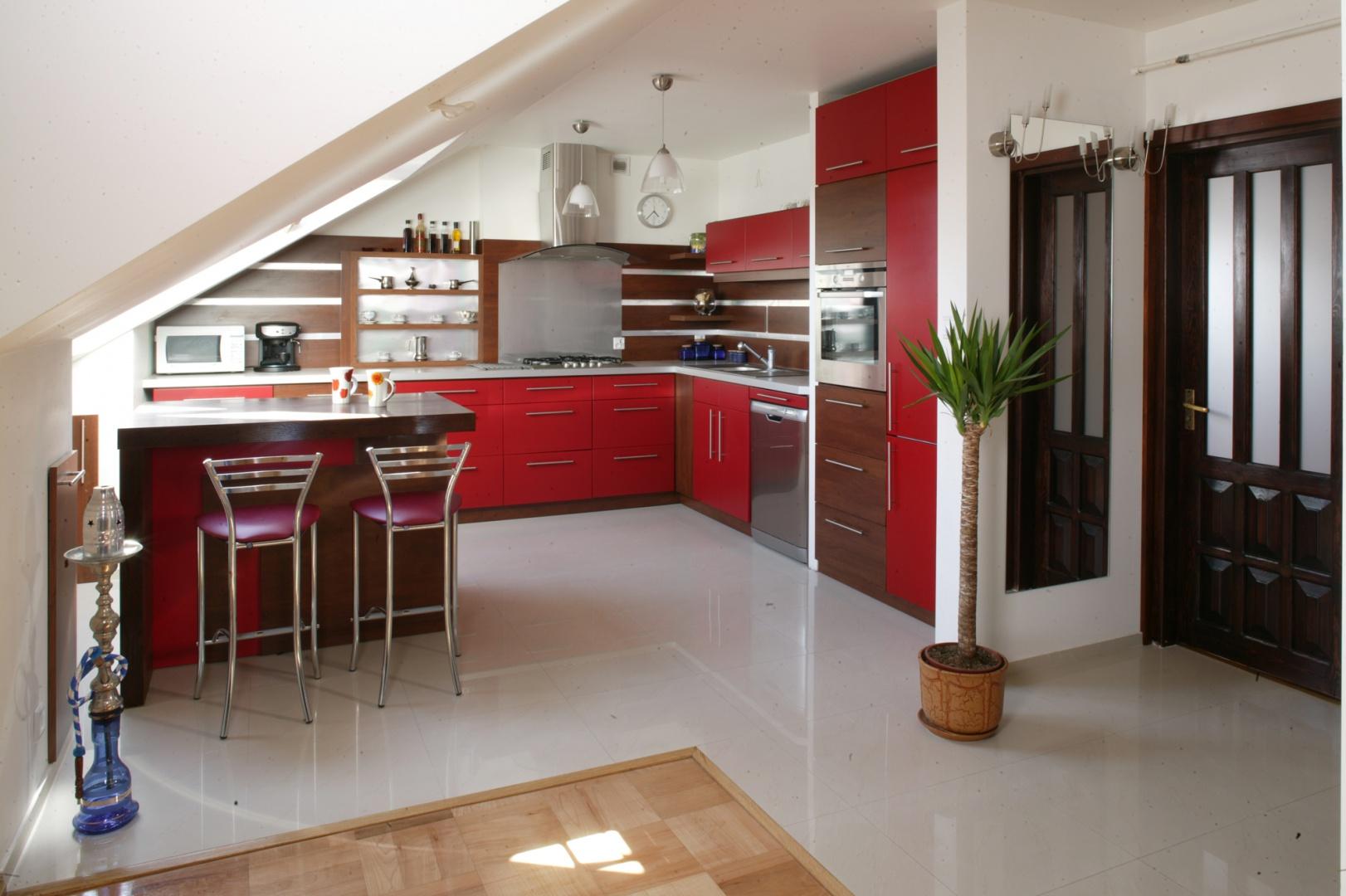 Elementem, który w Kuchnia na poddaszu czerwony kolor doda charakteru
