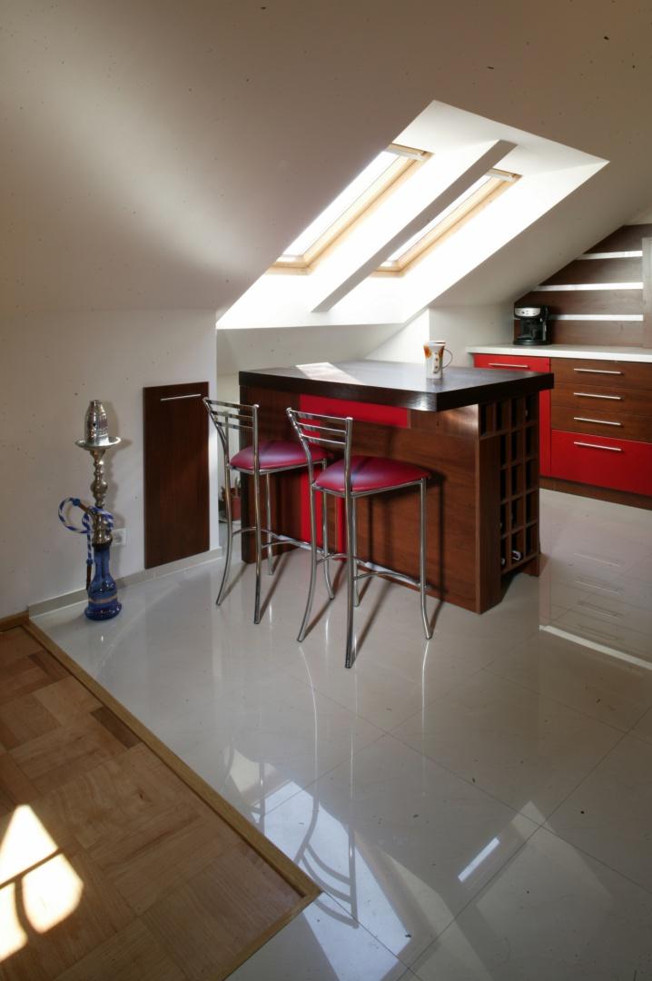 Ulokowana pod oknami Kuchnia na poddaszu czerwony   -> Kuchnie Na Poddaszu Z Jadalnia