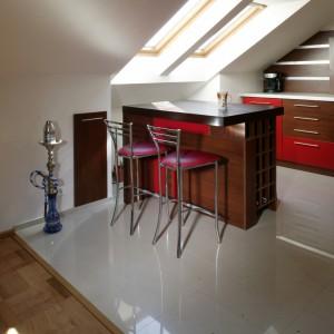 Ulokowana pod oknami kuchenna wyspa, dzięki sporej ilości szuflad, pełni równocześnie rolę stolika śniadaniowego, niewielkiego blatu roboczego oraz funkcjonalnego schowka. Fot. Monika Filipiuk.
