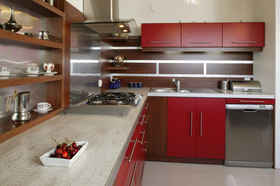 Większa część zabudowy Kuchnia na poddaszu czerwony   -> Kuchnia Kolor Sufitu