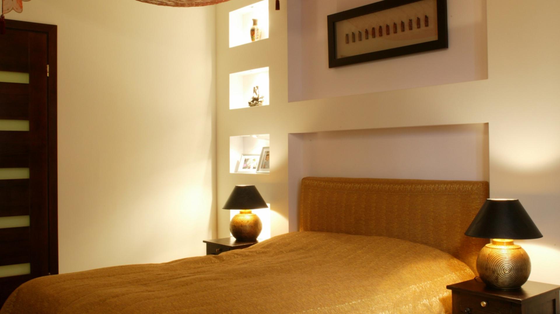Poszczególne detale – złocone podstawy nocnych lampek, tkanina obiciowa na łóżku, pięknie komponują się z ciemną barwą nocnych stolików oraz podłogi z drewna merbau. Fot. Monika Filipiuk.