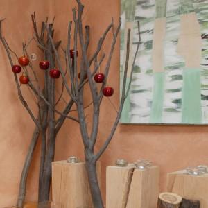 """Właścicielka uwielbia drewno we wszelkiej postaci, stąd też jego bogactwo. W jednym z rogów salonu drzewko """"szczęścia bogactwa i obfitości"""". Fot. Monika Filipiuk."""