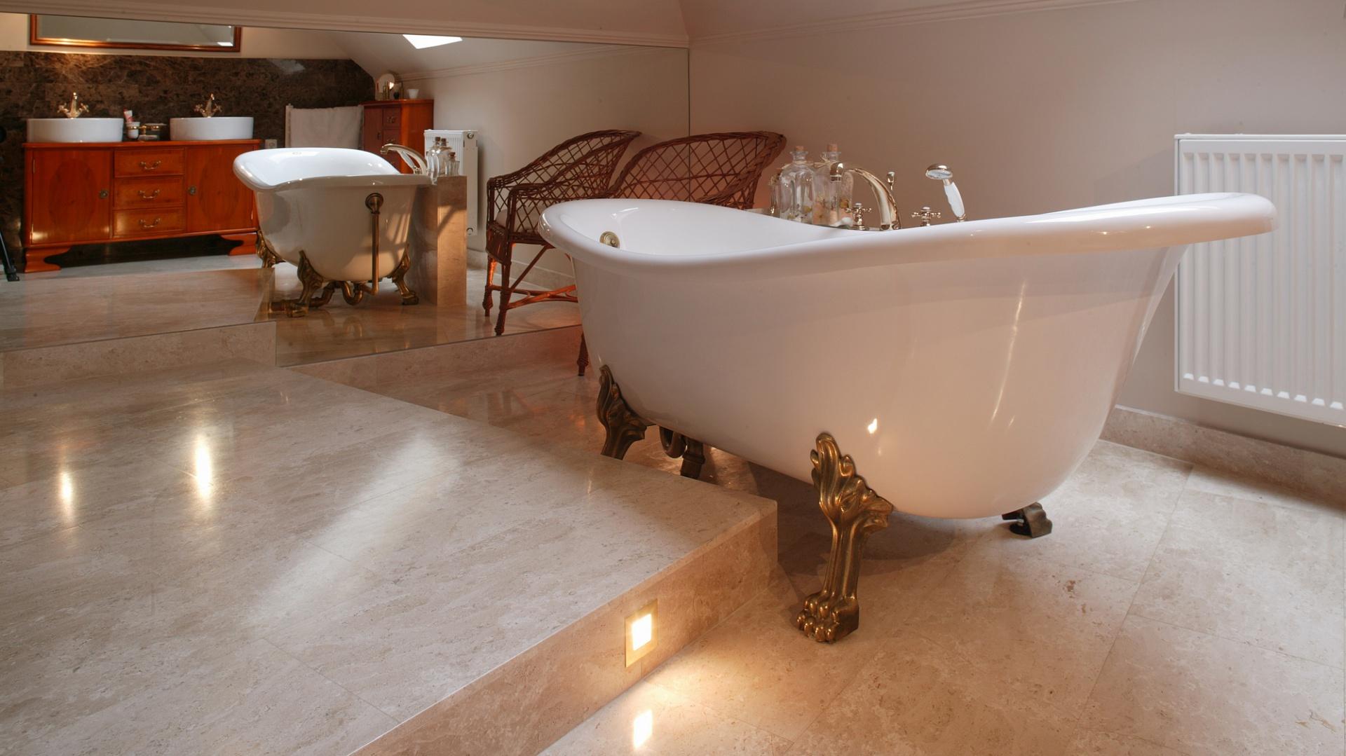 Łazienka stanowi stylistyczną kontynuację aranżacji sypialni. W obu pomieszczeniach znajdują się wykonane na zamówienie meble w stylu art déco. Fot. Tomasz Markowski.