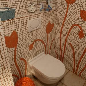 Naturalna wnęka jest najbardziej intymną częścią tego wnętrza. Podczas wchodzenia do łazienki jest niemal niewidoczna, a sam sedes niknie w niezliczonej ilości tulipanów. Fot. Tomasz Markowski.