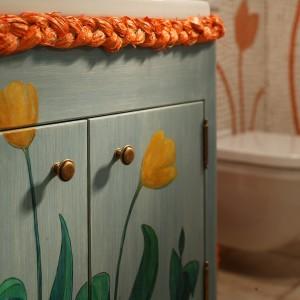 Na pomalowanej na przecierany błękit szafce pod umywalkę nie mogło zabraknąć tulipanów, które są ulubionymi kwiatami właścicielki. Fot. Tomasz Markowski.
