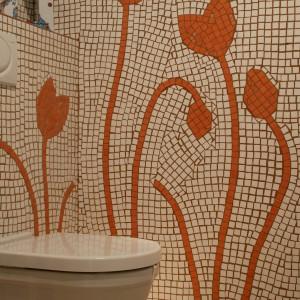 Początkowo na ścianach wyrysowano kontury kwiatów, które wyłożono pomarańczowymi kostkami, a następnie uzupełniono białym tłem, a na koniec przestrzenie pomiędzy płytkami wypełniono karmelową fugą. Fot. Tomasz Markowski.