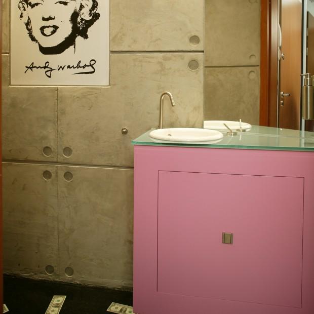 Toaleta dla gości: Marilyn Monroe i betonowe płyty