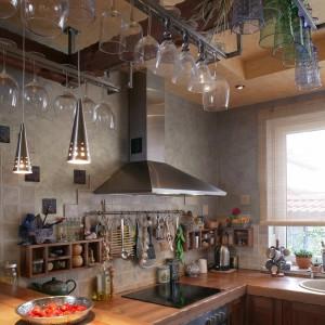 W kuchni zwracają uwagę ciekawe w formie wieszaki na kielichy zaczepione na dogodnej wysokości. Fot. Tomasz Markowski.