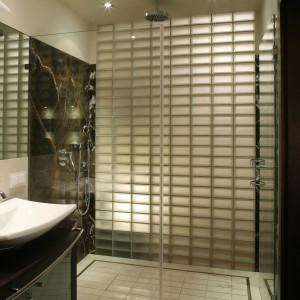 Kabina prysznicowa zajmuje całą szerokość łazienki. Aranżacja jej wnętrza oraz komfort kąpieli czynią z tego miejsca prawdziwy zakątek wellness. Fot. Bartosz Jarosz.
