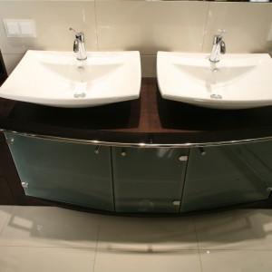 Szafka pod umywalkami to piękny i funkcjonalny mebel. Szklane fronty osłaniają głębokie półki, w słupku obok mieszczą się szuflady i od wysokości blatu otwarte półeczki. Fot. Bartosz Jarosz.