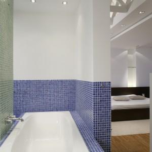 Podłużna wanna idealnie wpasowała się we wnękę między drzwiami a kabiną prysznicową. Obudowę wanny i część ścian pokrywa mozaika w dwóch kolorach. Fot. Bartosz Jarosz.