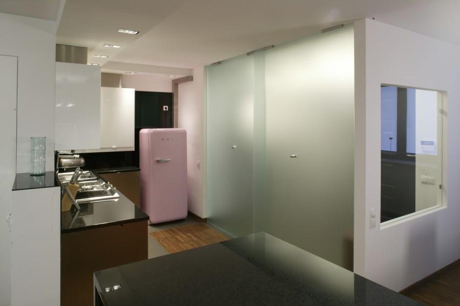 Do kuchni i jadalni prowadzi niewielki korytarz. W razie potrzeby można go jednak zamknąć za pomocą szklanych, przesuwnych drzwi. Fot. Bartosz Jarosz.