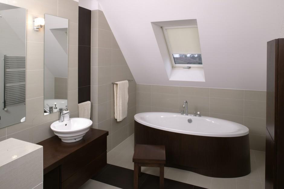 Ława, na której umieszczono zlew, pełni też funkcję toaletki. Stąd dwa lustra oraz stołeczek. Fot. Bartosz Jarosz.
