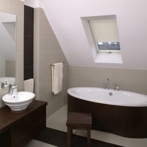 Jasno-beżowa tonacja łazienki dodaje jej ciepłego i spokojnego charakteru. Dzięki mocniejszym akcentom wengé, całość zyskała na stylowej elegancji. Fot. Bartosz Jarosz.