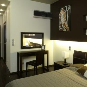 Meble w sypialni zostały dobrane nie tylko ze względu na swą funkcjonalność, ale także z powodu interesującego designu. Fot. Bartosz Jarosz.