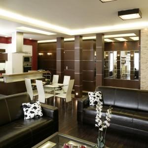 Strefa dzienna – salon i kuchnia – w nowocześnie i z rozmachem urządzonym apartamencie tworzy jedną otwartą i spójną stylistycznie przestrzeń. Fot. Bartosz Jarosz.