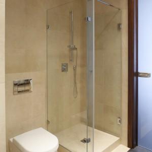 Wsunięta w narożnik szklana kabina nie skupia na sobie uwagi. Sufitowy i ręczny prysznic pozwalają na różne formy natrysku. Fot. Bartosz Jarosz.