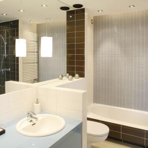 Niedużą łazienkę w całości wyłożono gresem. Posadzka (Nowa Gala) ma odcień ciepłego beżu, ściany – ecru i czekolady, a także rozbielonego błękitu w postaci drobnej mozaiki nad wanną. Fot. Bartosz Jarosz.