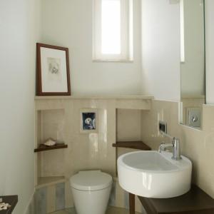Nawet w małej łazience możemy dostrzec kilka interesujących szczegółów. A to za sprawą półokrągłej marmurowej ścianki z półkami oraz ceramiki sygnowanej nazwiskiem P. Starcka (Duravit). Fot. Bartosz Jarosz.