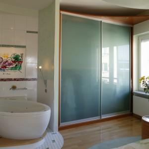 Sypialnia i łazienka wyposażone są w ogromną szafę. Całość tworzy zamknięty zespół o uzupełniających się funkcjach. Fot. Bartosz Jarosz.