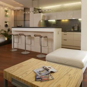 Zmęczeni intensywnością kontaktów przybarowych mogą spłynąć w dół, na wygodne miękkie kanapy salonu. Fot. Marcin Łukaszewicz.