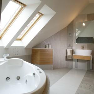 Kwadraciki metalu, rozbłyskujące na podłodze nie tylko przydają jej  świetlistego blasku i nowoczesnego sznytu, ale też wyznaczają przestrzeń środka łazienki. Fot. Monika Filipiuk.